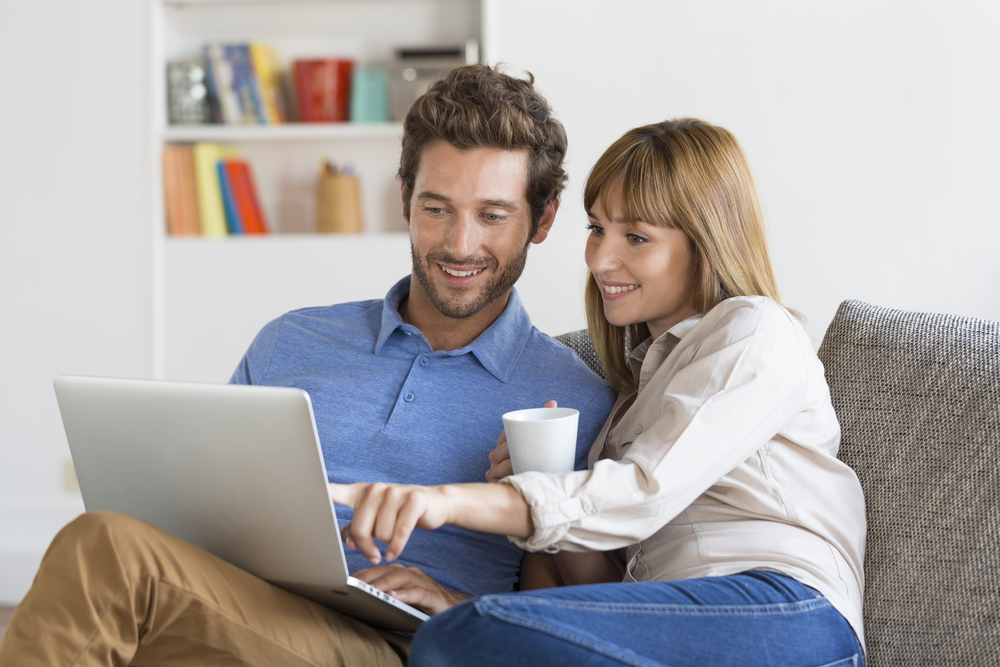 Couple-looking-for-home-online